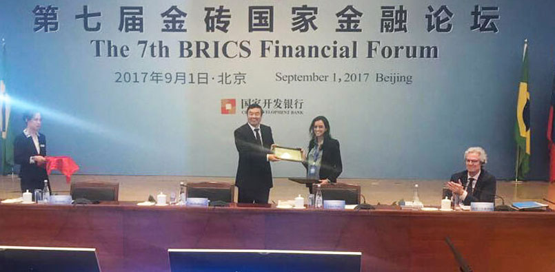 Raquel Ramos recebe prêmio do BRICS Economic Research Award 2017